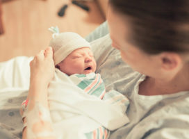 Hướng dẫn cách chăm sóc em bé mới sinh đến khi đầy tháng